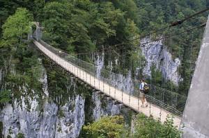 uno de los diversos puentes de la selva de Irati